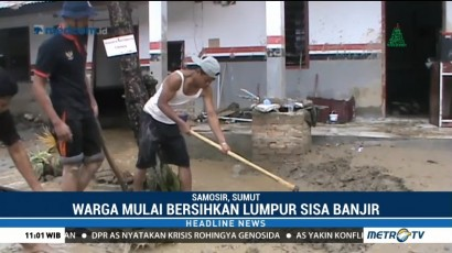Warga Samosir Bersihkan Lumpur Sisa Banjir Bandang