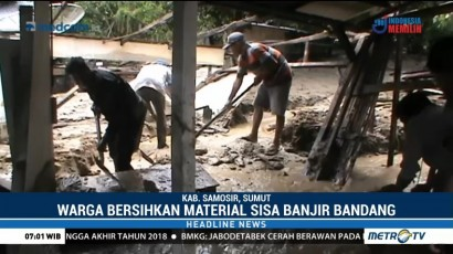 Warga Bersihkan Material Sisa Banjir Bandang Samosir