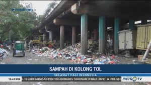 Sampah Rumah Tangga Menggunung di Jalan Sungai Bambu