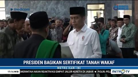 Jokowi Bagikan Ratusan Sertifikat Tanah Wakaf di Jabar
