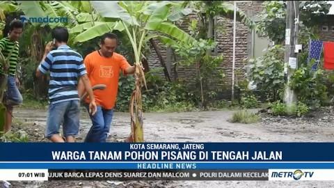 Warga Tanjungsari Tanam Pohon Pisang di Tengah Jalan Rusak