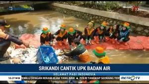 Aksi Srikandi Cantik UPK Badan Air Bersihkan Sampah di Kali