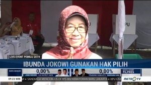 Ibunda Jokowi Nyoblos Pakai Baju Putih