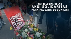 TKN Milenial Jokowi-Ma'ruf Gelar Tabur Bunga di Bundaran HI