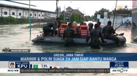 Marinir TNI AL Bantu Aktivitas Korban Banjir di Gresik