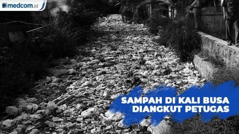 Sampah Kali Busa Bekasi Diangkut Petugas