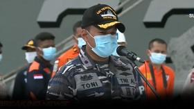 KRI Tenggiri Serahkan 4 Kantong Bagian Tubuh Korban dan 1 Kantong Serpihan Pesawat ke Basarnas