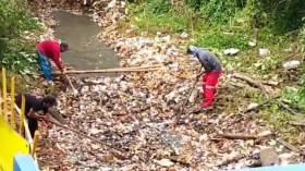 Tumpukan Sampah Sepanjang 300 Meter di Kali Baru Dibersihkan