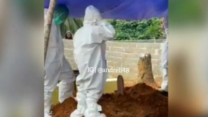 Viral Video Anak Azan di Makam Orang Tuanya dengan Memakai APD