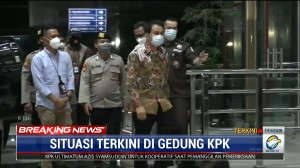 Dijemput Paksa, Azis Syamsuddin Tiba di Gedung KPK