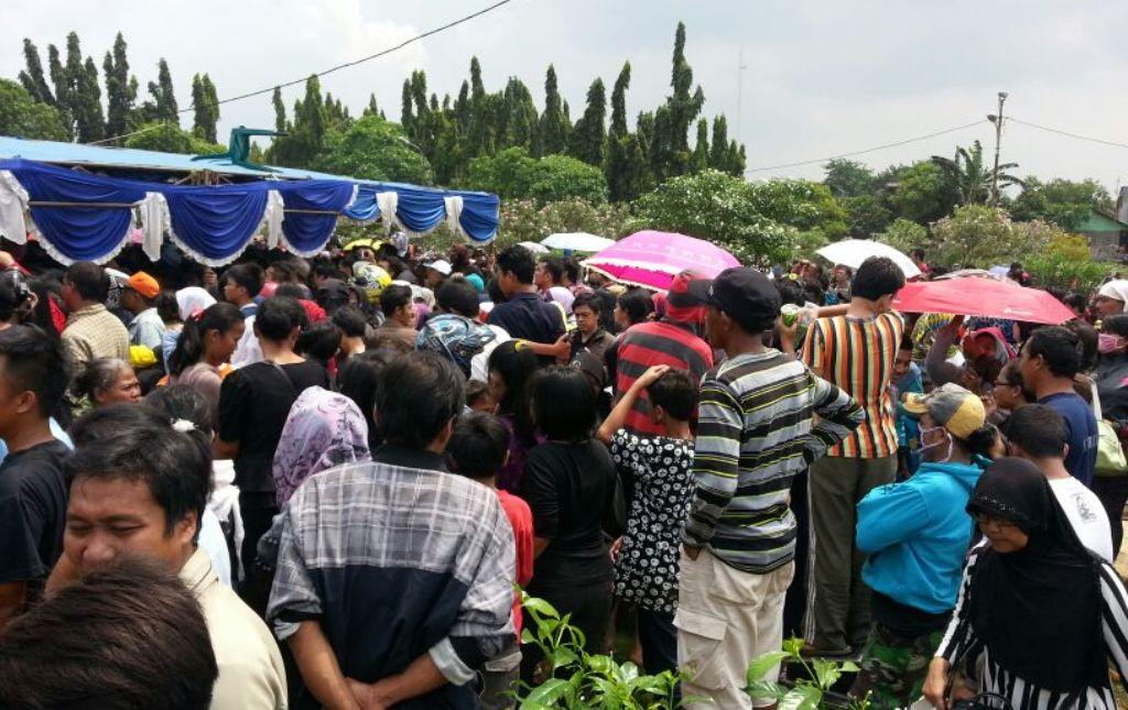 Ribuan Orang Antar Jenazah Olga Syahputra Ke Liang Kubur