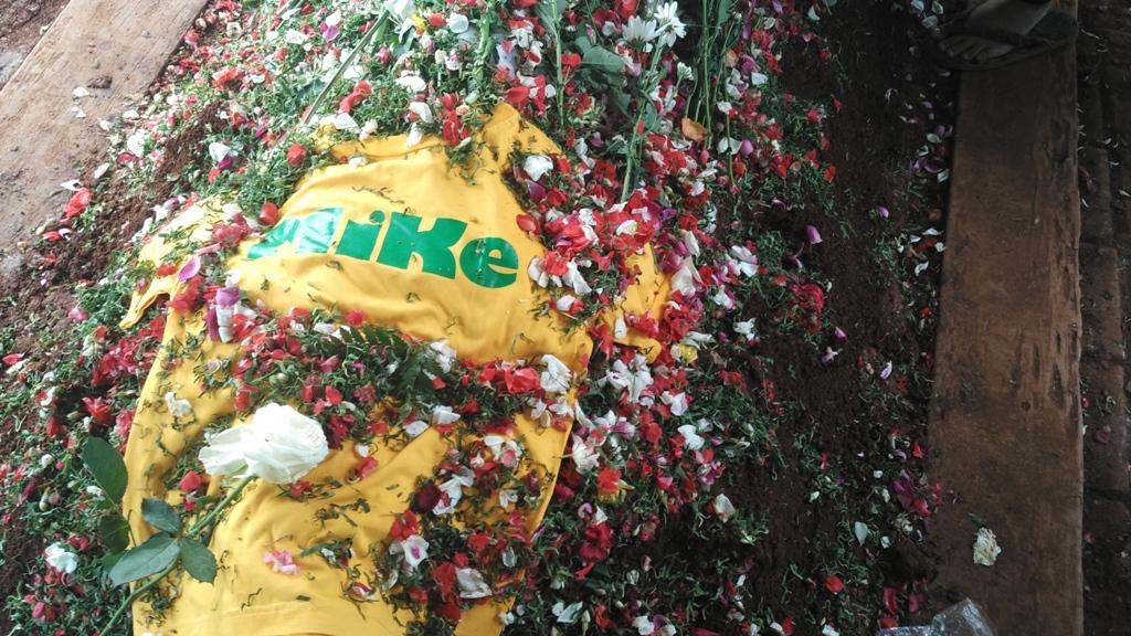 Kaus Bersejarah di Atas Makam Mike Mohede