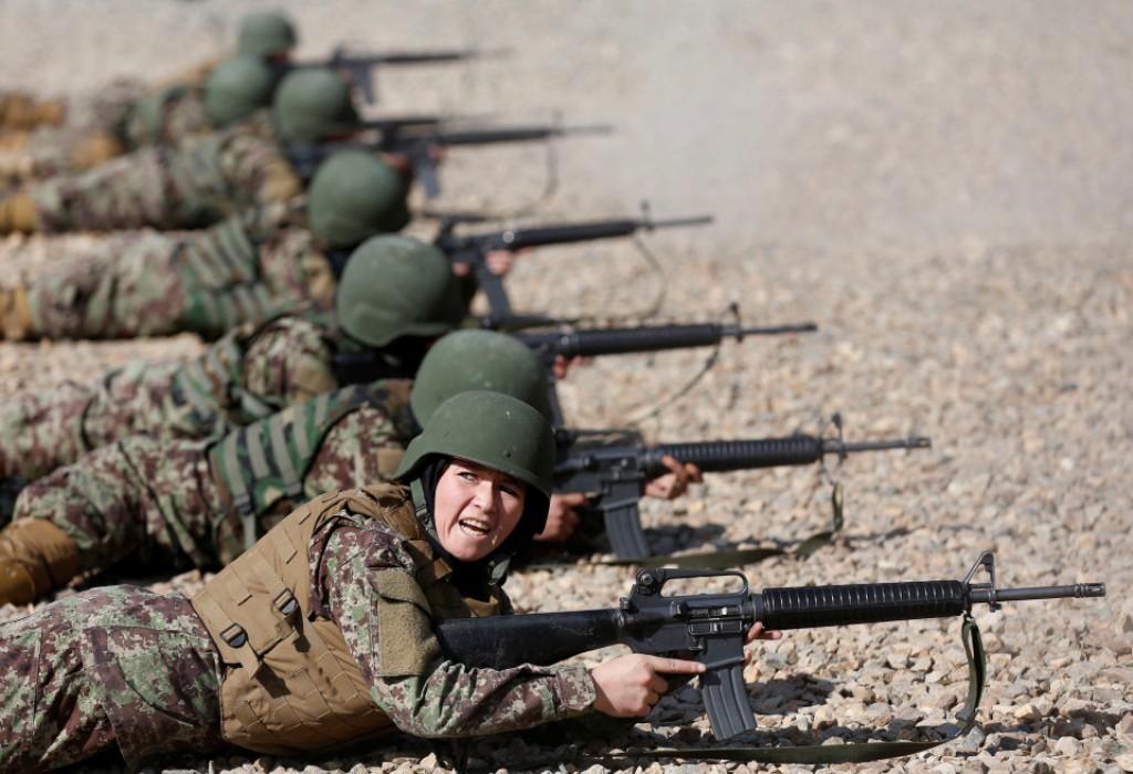 Perempuan Afghanistan Belajar Senjata dan Berlatih Perang