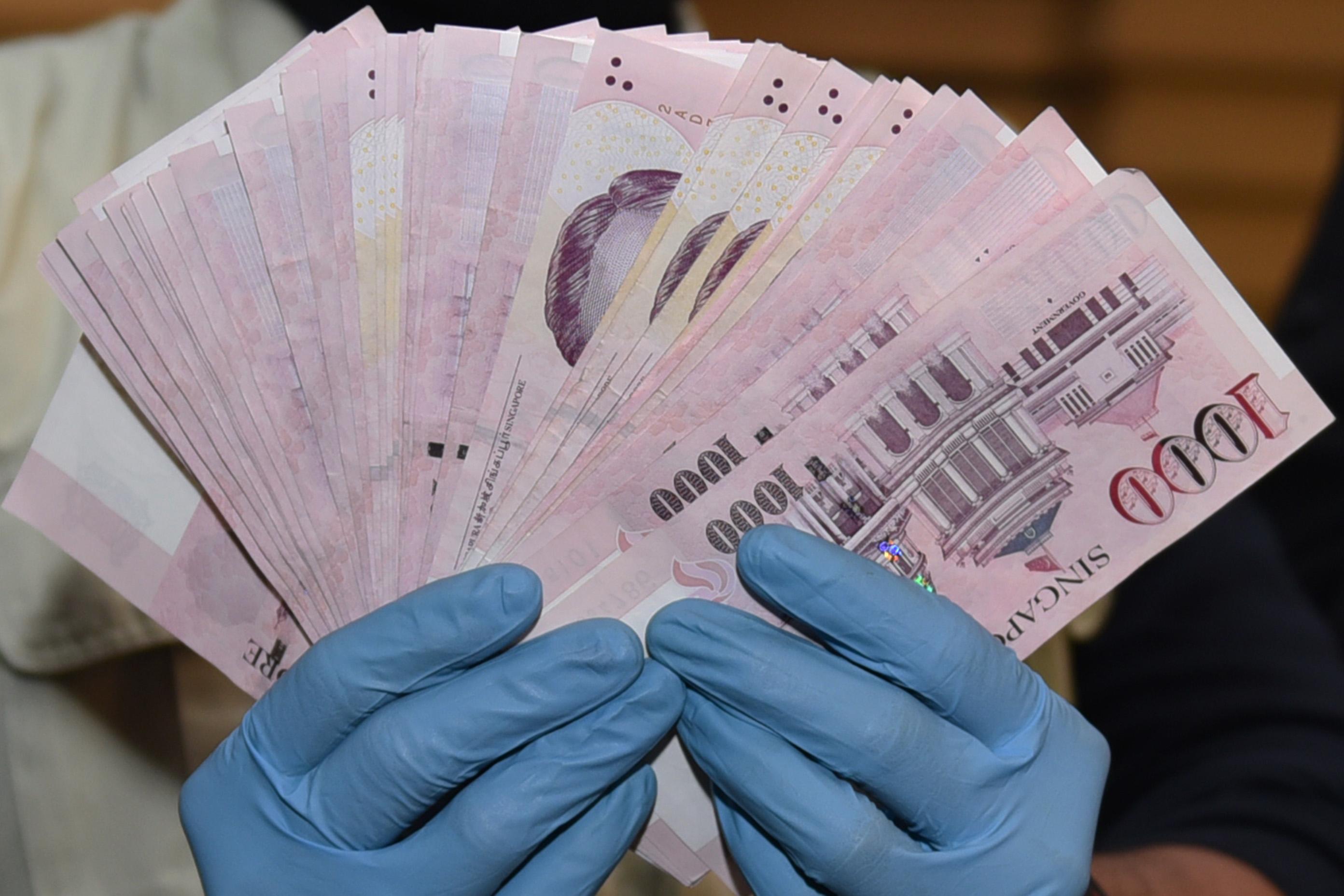 Dari 10 000 Dolar Singapura Hingga Money Changer Milik Anas Urbaningrum