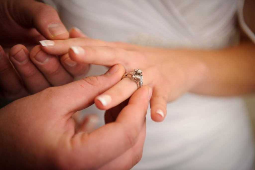 2000+ Gambar Cincin Pernikahan Di Jari  Gratis