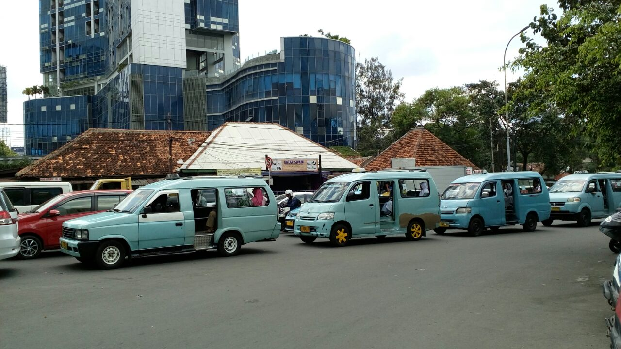 Sopir Keluhkan Wacana Bangku Angkot Hadap Depan