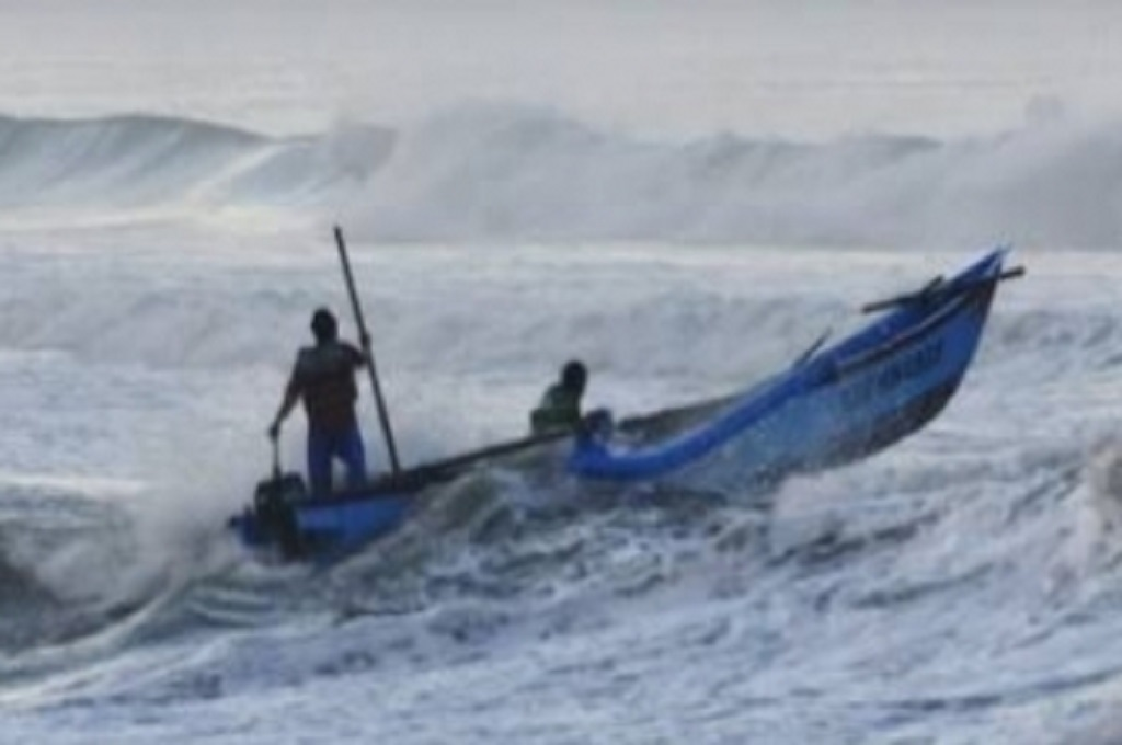 Ombak Terjang Perairan Tuban, Kapolres: Kabarnya Mirip Puting Beliung