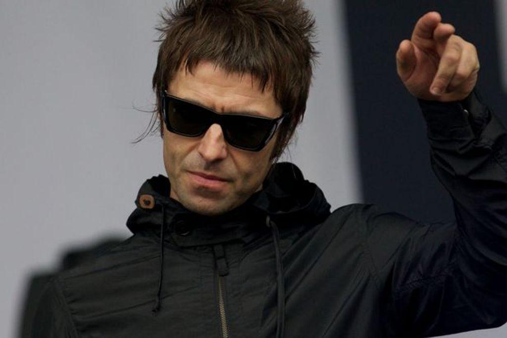 Dua Penggemar Nekat Peluk Liam Gallagher di Panggung