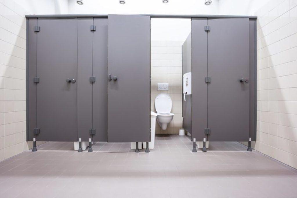 Teori Ini Bisa Bantu Anda Memilih Toilet Umum yang Bersih