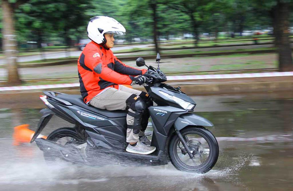 Musim Hujan, Wajib Cek Kondisi Pelumas Motor