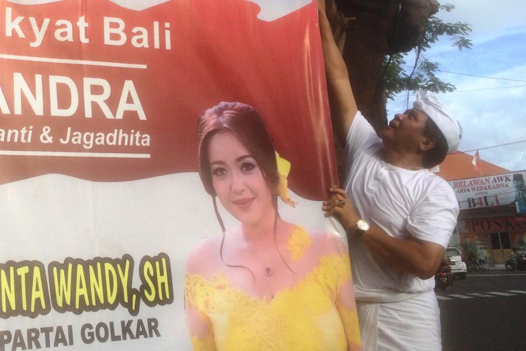 Rai Mantra-Sudikerta Turunkan Baliho Sendiri