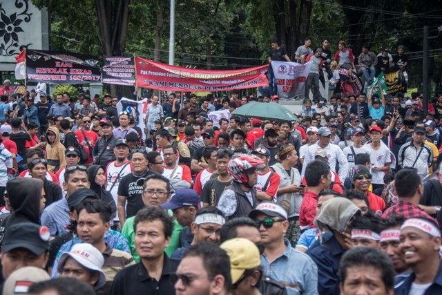 Online Taxi Drivers Stage Another Rally in Front of Palace