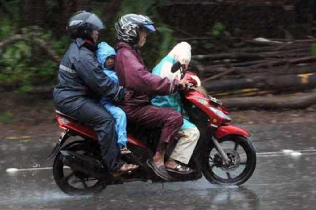 Hati-Hati Membonceng si Kecil di Musim Hujan