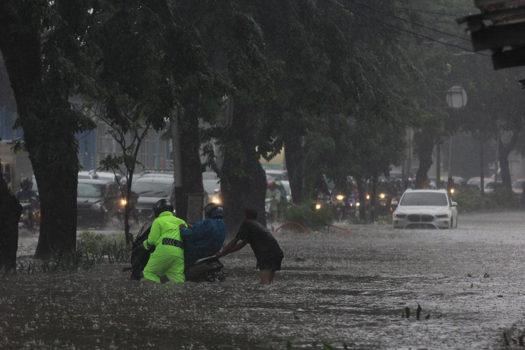 Jalan Letjen Soeprapto Tergenang Air hingga 50 Cm