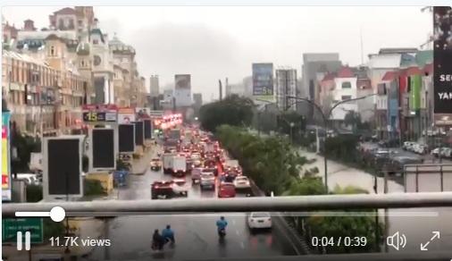 Banjir Depan MOI, Kendaraan tak bisa Melintas