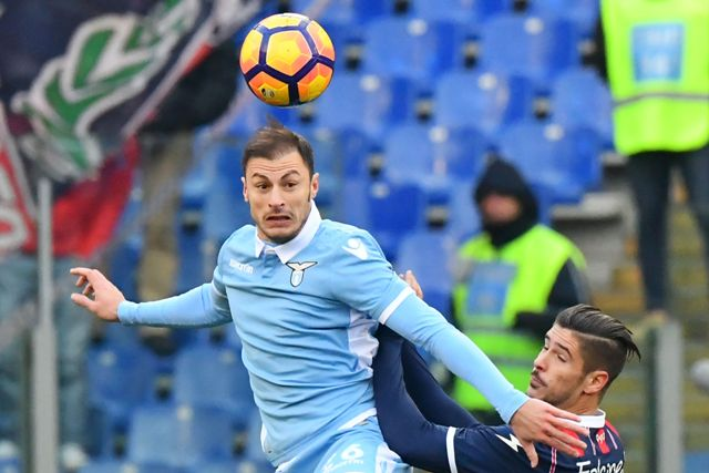 Hadapi Steaua Bukarest, Bek Lazio Galang Dukungan dari Suporter Rival