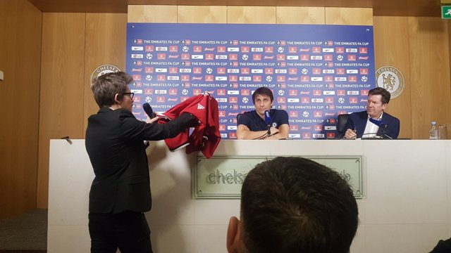 Ekspresi Conte saat 'Dihadiahi' Jersey MU dari Mourinho