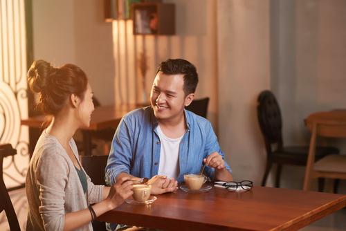 Siapa yang Harus Membayar Tagihan saat Kencan Pertama?
