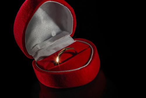 Muncul Tren Tindik di Jari sebagai Simbol Pertunangan