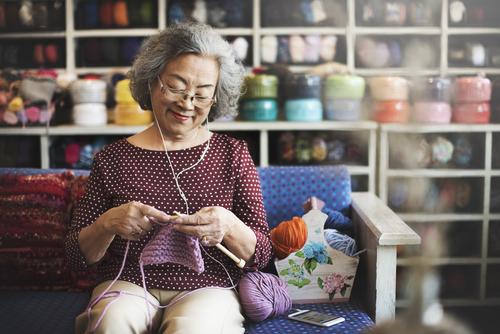 Hobi Merajut Bantu Meningkatkan Kesehatan Lansia