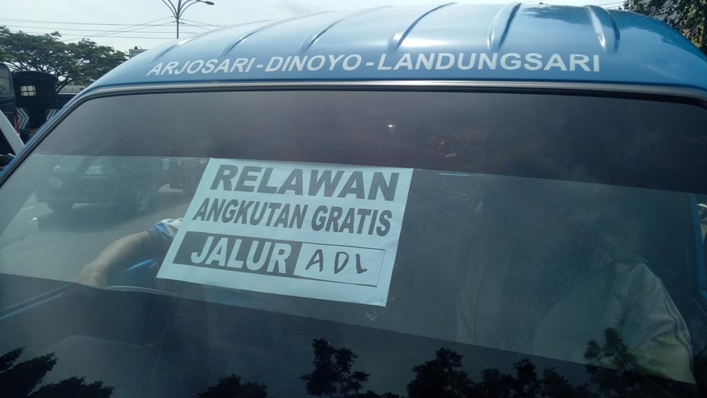 Tak Ikut Demo, Puluhan Angkot Jadi Relawan
