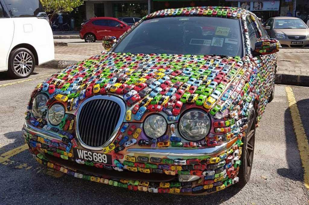 Jaguar S-Type Tampil Nyeleneh Berlumur <i>Diecast</i>