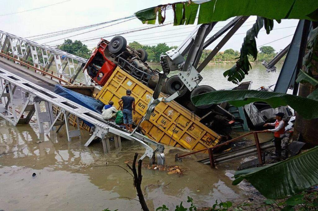 Tiga Truk Bertindihan di Jembatan Widang