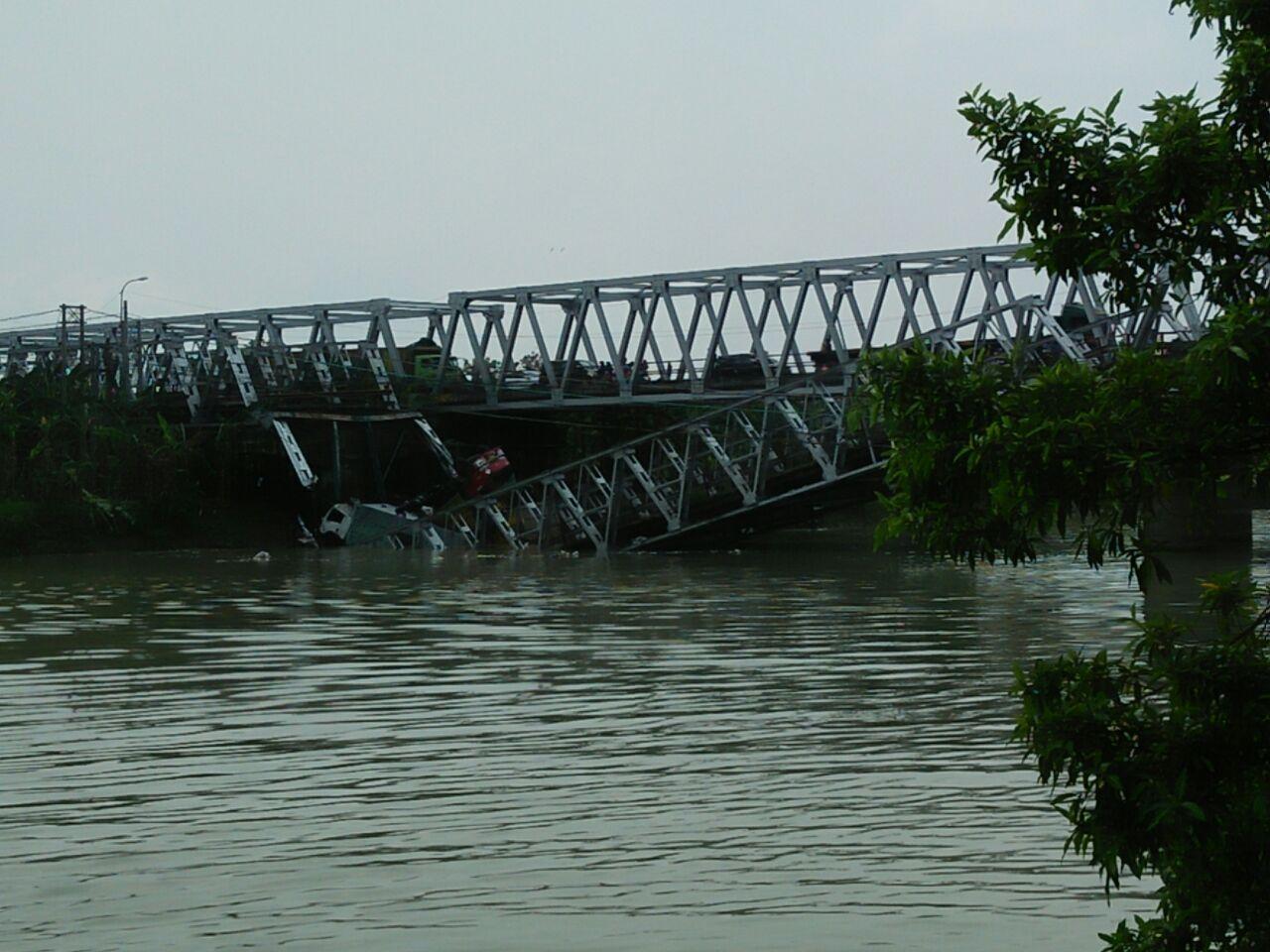 Truk Diduga jadi Penyebab Jembatan Widang Ambruk