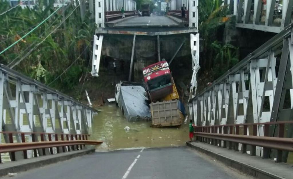 jembatan rubuh
