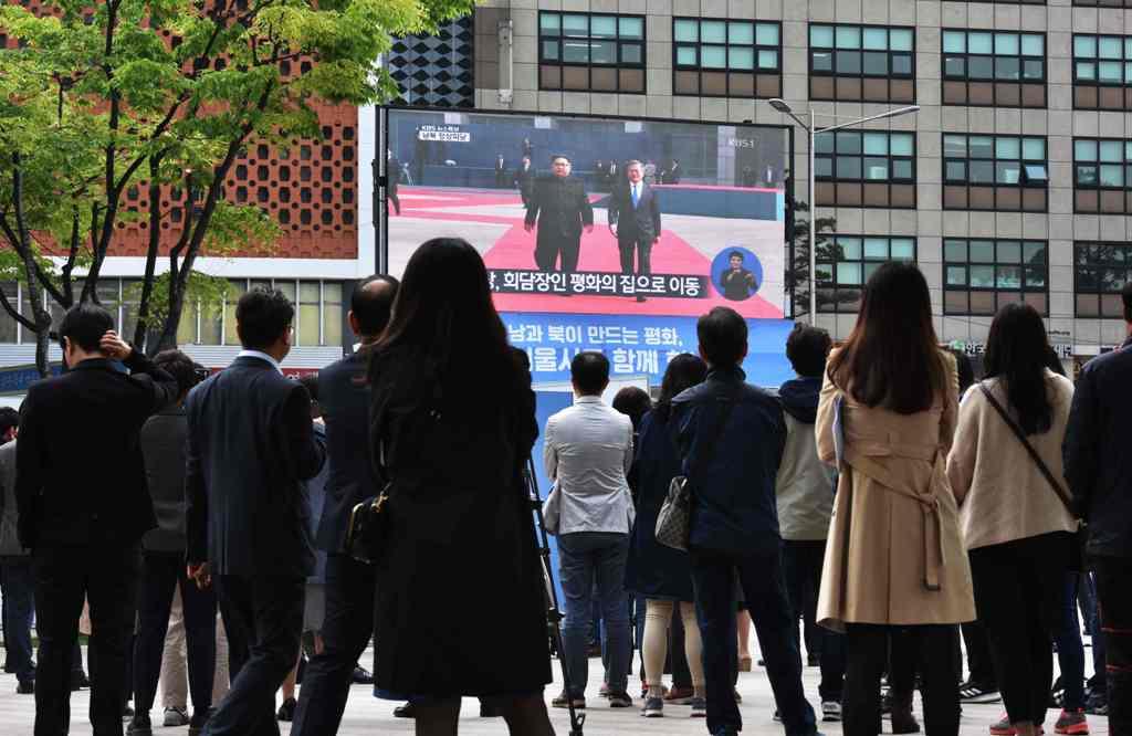 Nobar Pertemuan Korsel-Korut di Pusat Kota Seoul