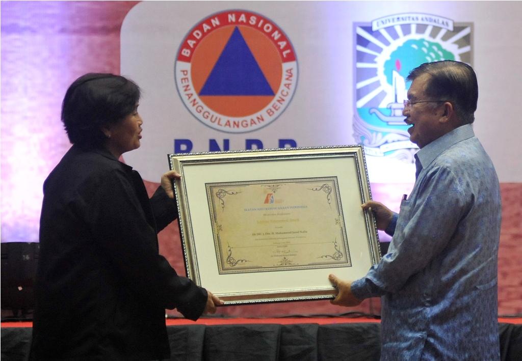 Jusuf Kalla Terima Penghargaan <i>Lifetime Achievement</i> Bidang Kebencanaan