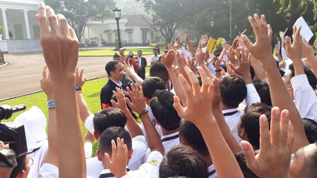 Jokowi Ajak Siswa OSIS SMA Keliling Istana Bogor