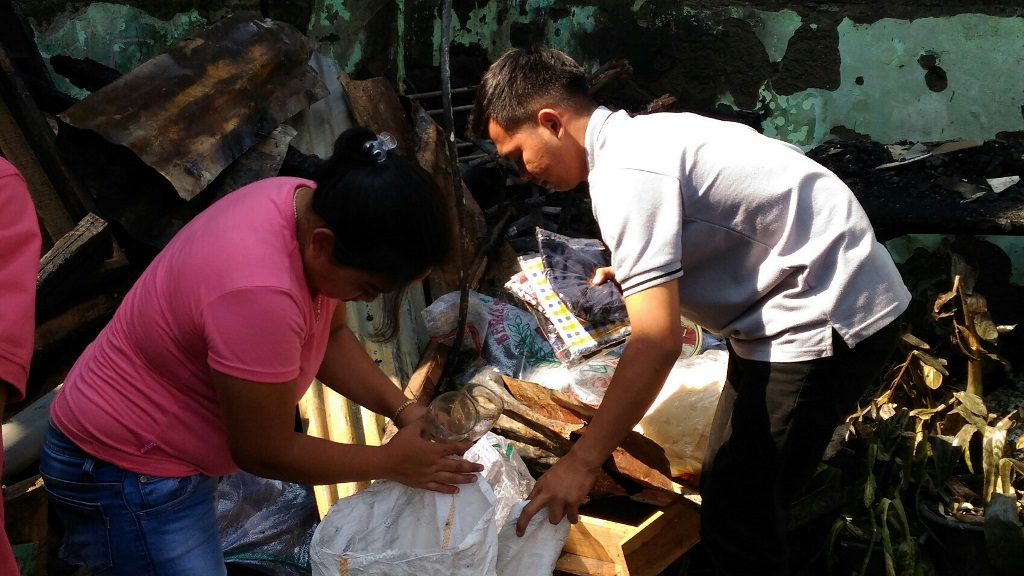 Warga Mencari Barang Berharga Sisa Kebakaran di Bandung