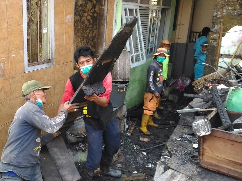 Warga Berjibaku Bersihkan Puing Kebakaran di Bandung
