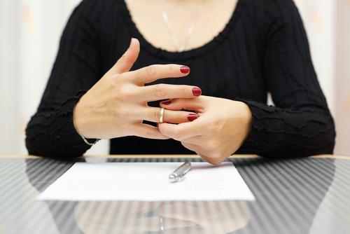 Haruskah Melepas Cincin Kawin saat Wawancara Kerja?