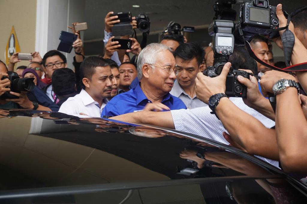 Massa Berkumpul di Bandara Subang untuk 'Hentikan' Najib