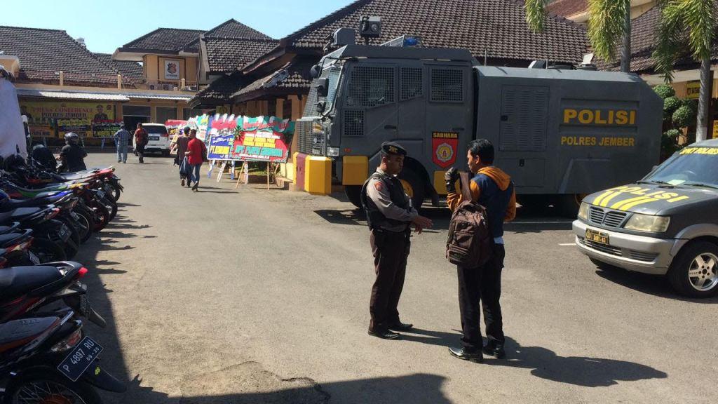 Polisi dan Warga Jember Intensifkan Pengamanan Lingkungan