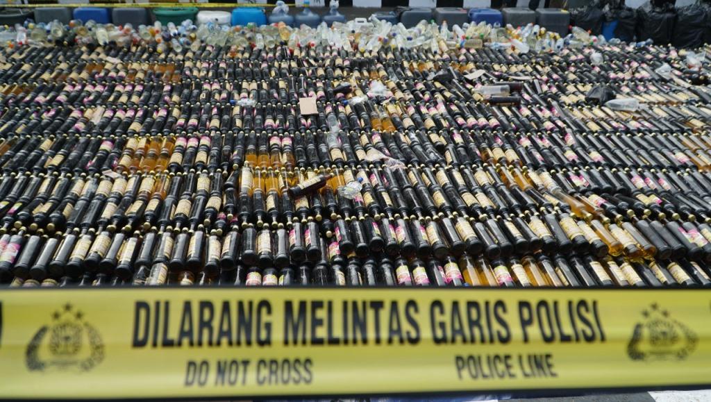 Polres Bogor Musnahkan Ribuan Miras dan Petasan
