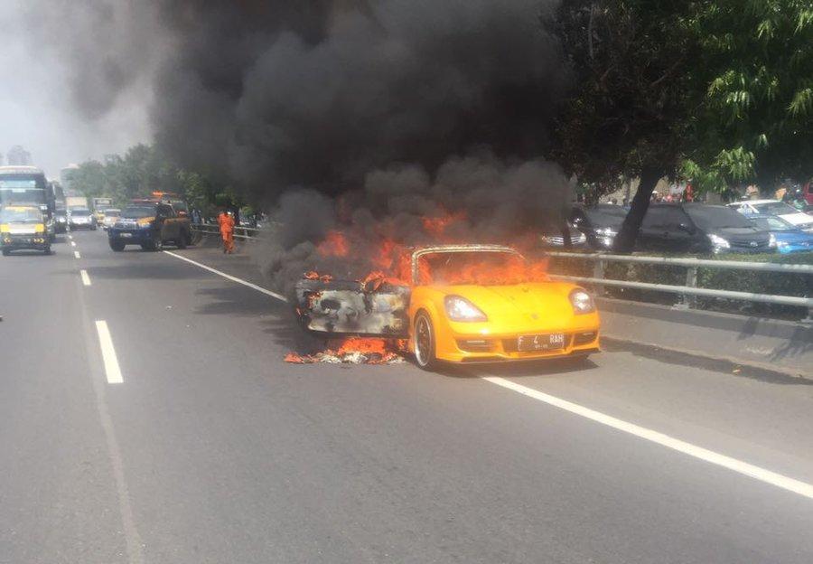 Mobil Sport Terbakar di Tol Slipi