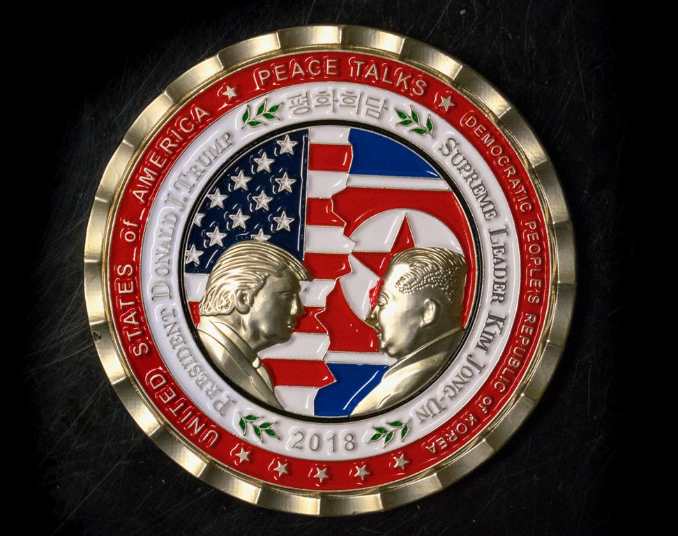 Pertemuan Batal, Souvenir Trump-Kim Dijual Murah